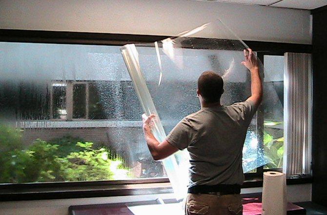 Pose de film teinté sur des fenêtres à double vitrage
