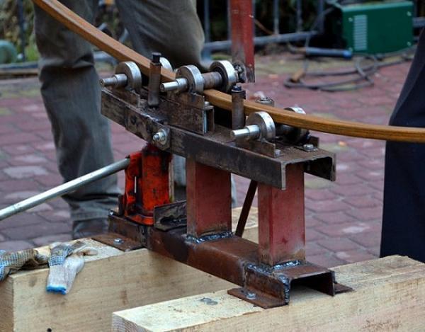 À l'aide d'un tuyau profilé plié, vous pouvez fabriquer des serres, des portails, des gazebos et bien plus encore.