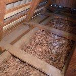 Isolation du plafond avec de la sciure de bois